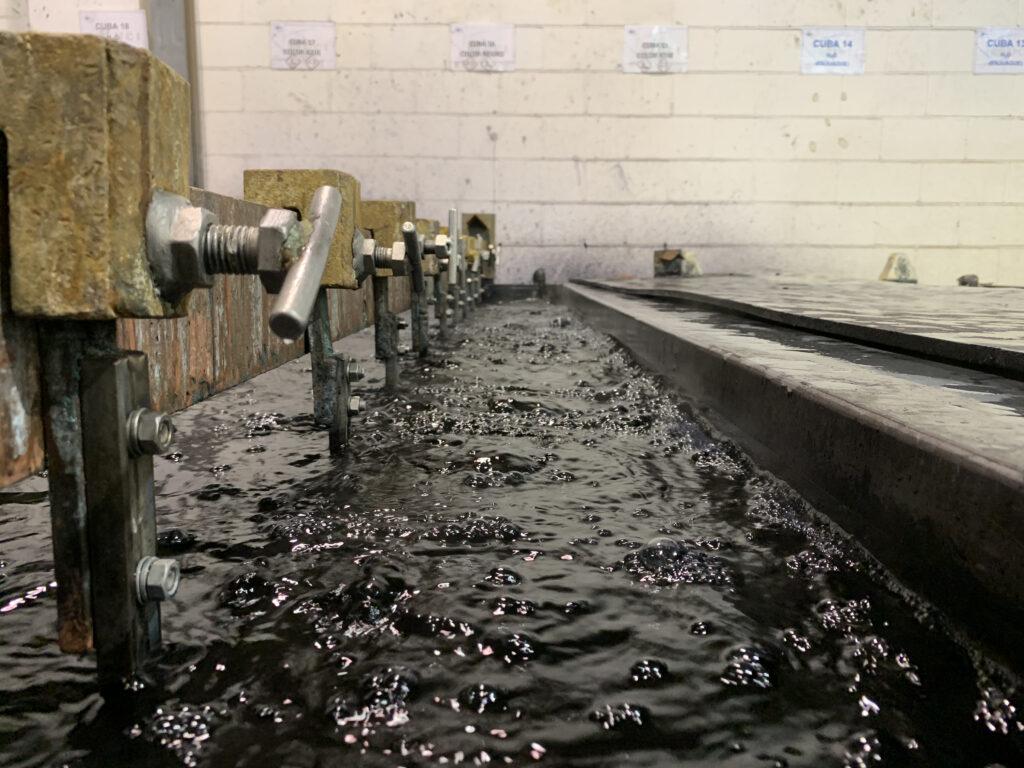 Piezas de aluminio siendo anodizadas para tratamiento de aluminio
