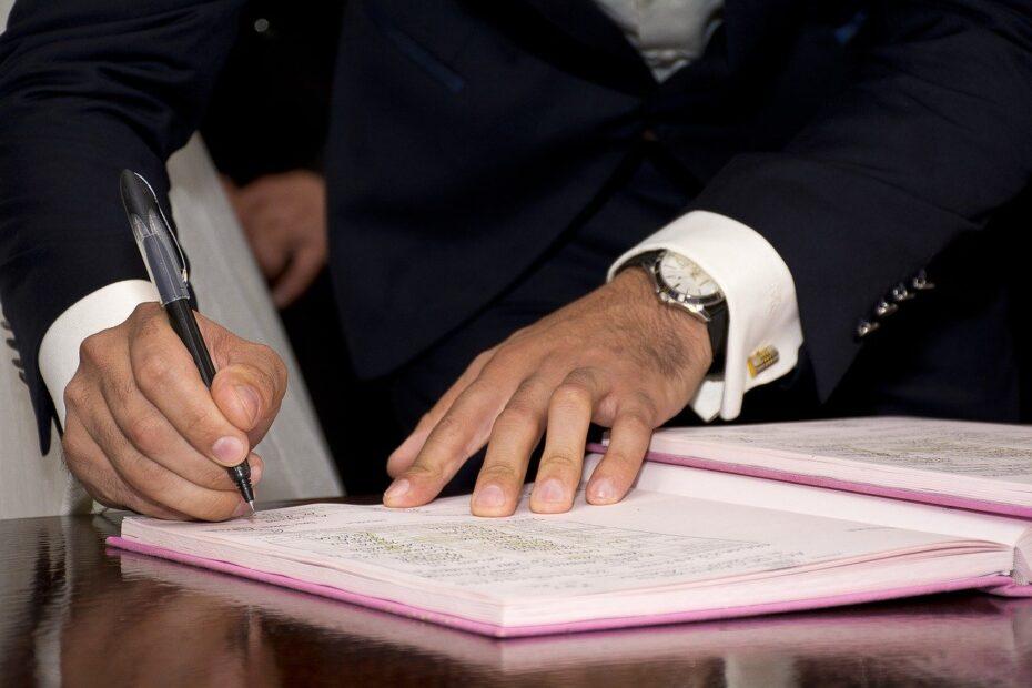 Senyor firmando papel